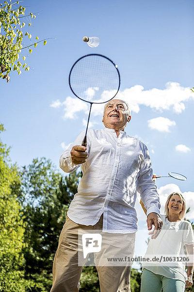 Glückliches älteres Paar beim Badmintonspiel im Freien