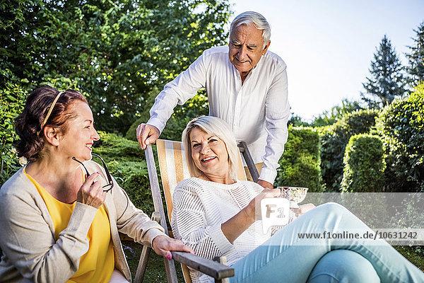 Ältere Freunde entspannen sich im Garten