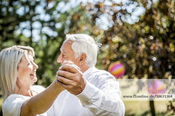 Fröhliches älteres Paar tanzt im Freien