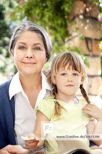 Portrait des kleinen Mädchens und ihrer Großmutter Portrait des kleinen Mädchens und ihrer Großmutter