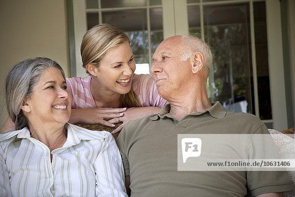Porträt einer lachenden Frau mit ihren Eltern Porträt einer lachenden Frau mit ihren Eltern