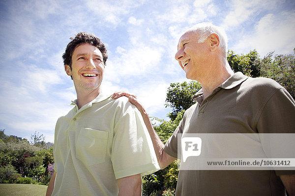 Senior mit seinem erwachsenen Sohn im Garten Senior mit seinem erwachsenen Sohn im Garten