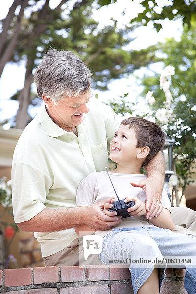 Kleiner Junge und sein Großvater beim Schneiden Kleiner Junge und sein Großvater beim Schneiden