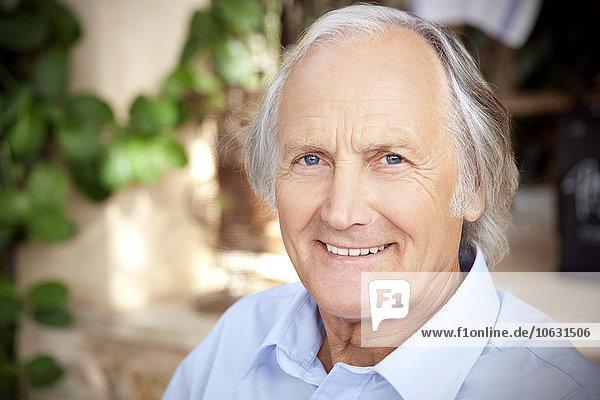 Porträt eines entspannten älteren Mannes Porträt eines entspannten älteren Mannes