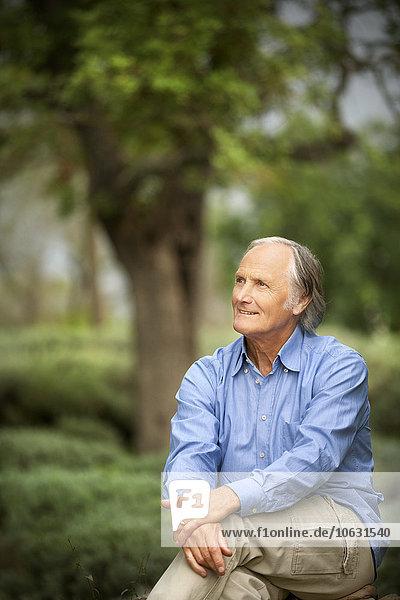 Porträt eines entspannten älteren Mannes in der Natur Porträt eines entspannten älteren Mannes in der Natur