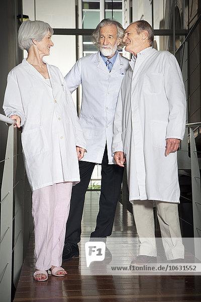 Drei Senioren-Labormäntel an der Universität Drei Senioren-Labormäntel an der Universität