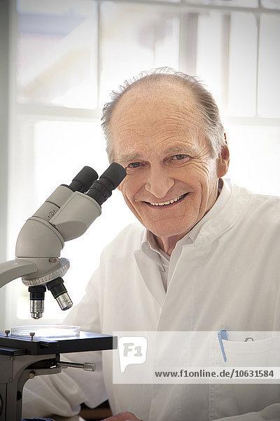 Professor für Laboruntersuchungen unter dem Mikroskop Professor für Laboruntersuchungen unter dem Mikroskop