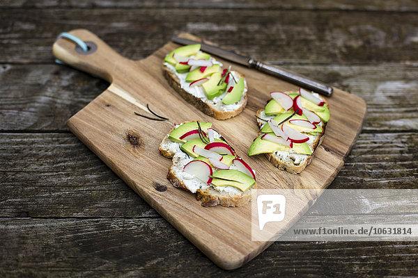 Avocado-Rettichbrot auf Hackbrett