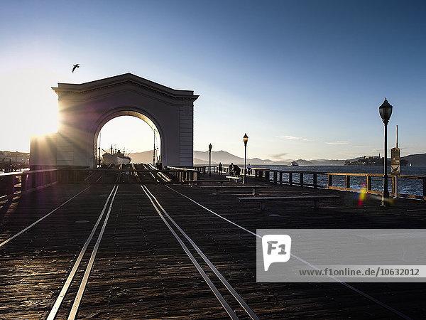USA  San Francisco  Fähranleger am Pier 43 am Fisherman's Wharf bei Sonnenuntergang