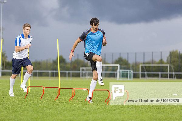 Zwei Fußballspieler trainieren auf dem Sportplatz