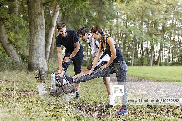 Athleten  die sich auf einer Parkbank ausstrecken