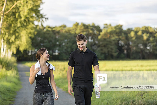 Sportlicher Mann und Frau auf dem Landweg