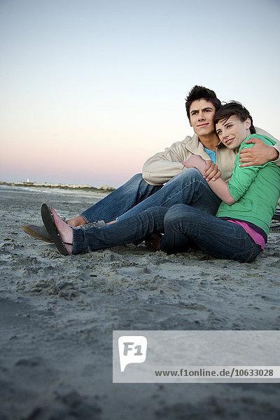 Junges Paar umarmt sich am Strand Junges Paar umarmt sich am Strand