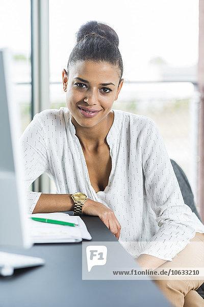 Porträt einer lächelnden jungen Frau im Amt