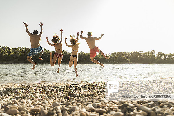 Freunde  die in den Fluss springen