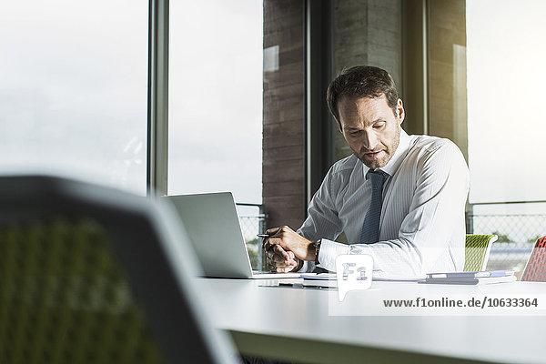 Porträt eines Geschäftsmannes an seinem Schreibtisch im Büro