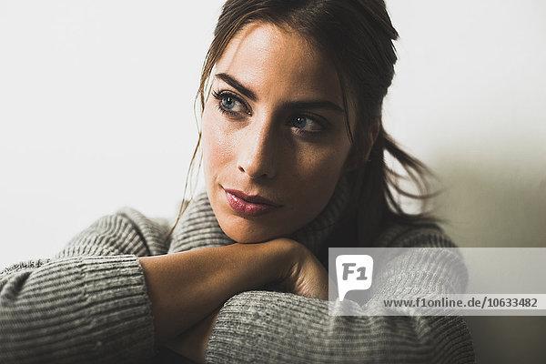 Porträt einer brünetten Frau beim Denken