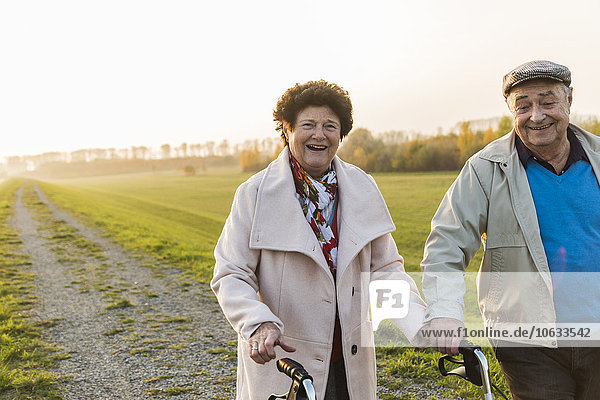 Lächelndes Seniorenpaar mit Radwanderer in der Natur