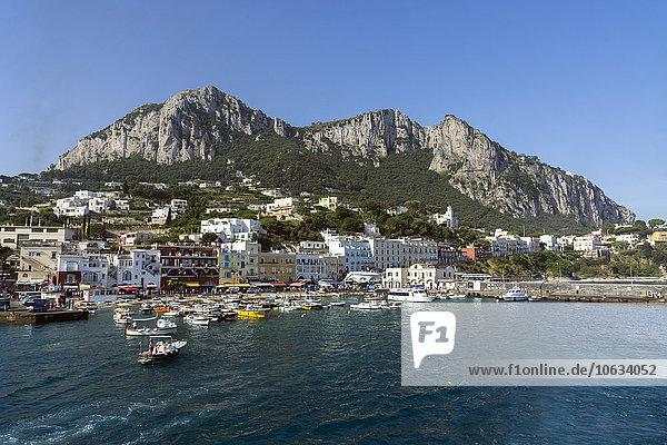 Italien  Golf von Neapel  Capri  Blick auf den Hafen Marina Grande