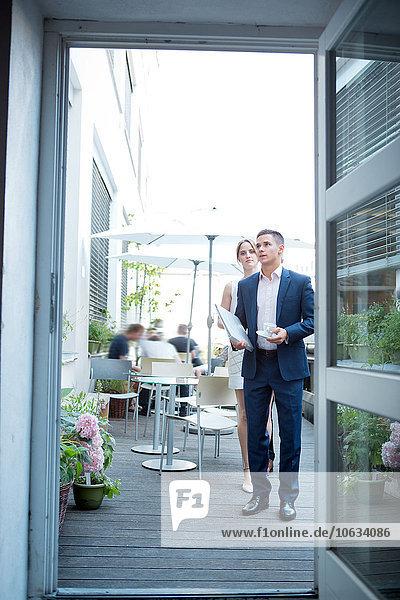 Geschäftsmann und Geschäftsfrau im Outdoor-Café