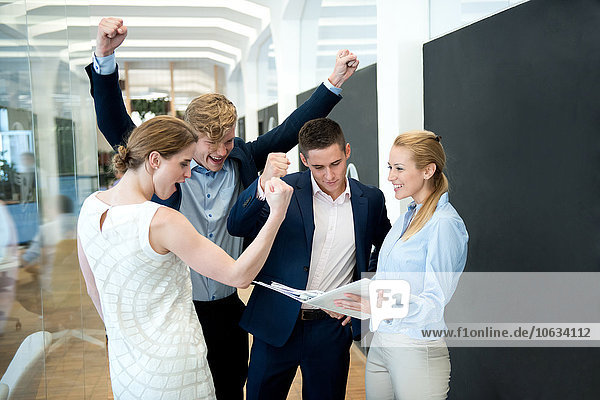 Erfolgreiches Business-Team im Büro sucht Ordner