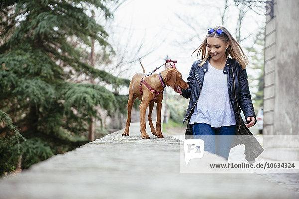 Serbien  Petrovaradin  lächelnde junge Frau mit ihrem Hund