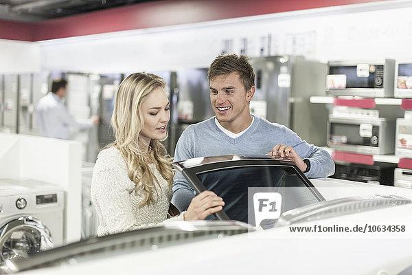 Junges Paar beim Einkaufen von Haushaltsgeräten