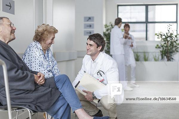 Arzt im Gespräch mit Patienten im Krankenhaus