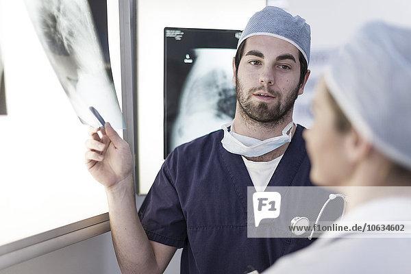 Ärzte im Krankenhaus  Radiologen im Gespräch