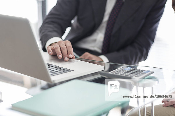 Nahaufnahme eines Geschäftsmannes am Schreibtisch am Laptop