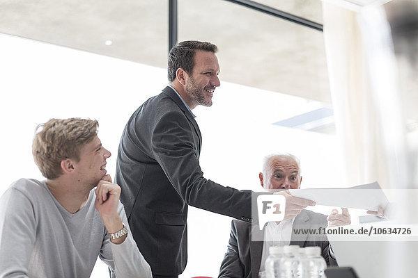 Geschäftsmann bei der Dokumentenübergabe im Konferenzraum