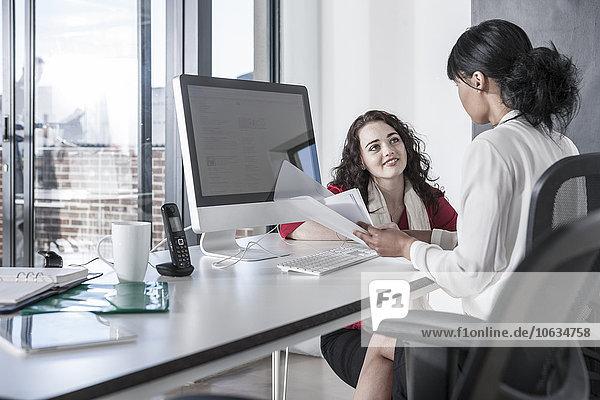 Zwei junge Frauen arbeiten zusammen im Amt