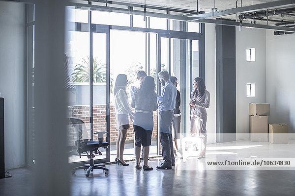 Geschäftsleute am Fenster im neuen offenen Büro