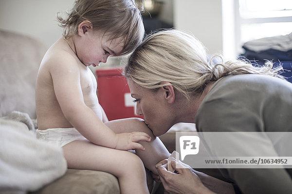 Mutter und kleines Mädchen zusammen zu Hause auf einem Pflaster