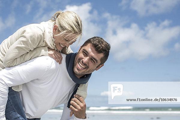 Ein Paar  das sich am Strand amüsiert.