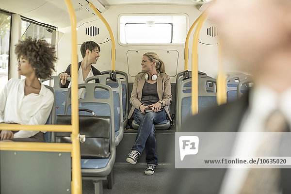 Die Leute reden im Stadtbus