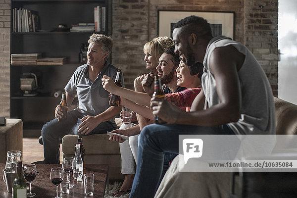 Freunde  die zusammen eine gute Zeit beim Fernsehen haben.