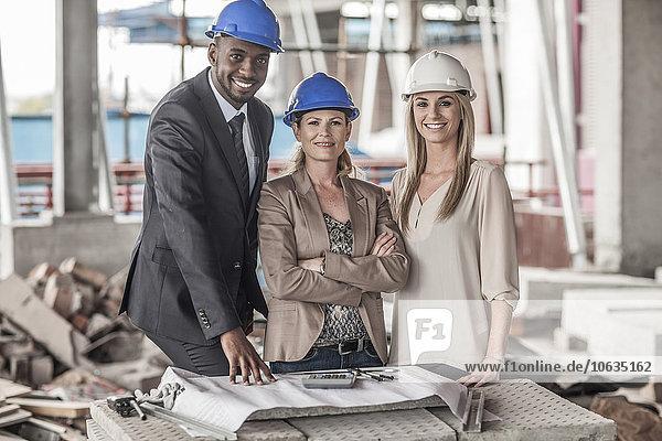 Porträt von selbstbewussten Führungskräften auf der Baustelle
