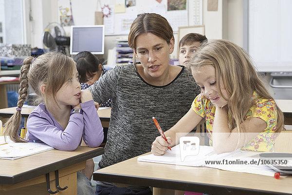Lehrer unterrichtet die Schüler im Klassenzimmer