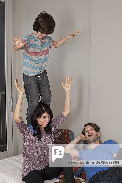 Junge hat Spaß mit den Eltern