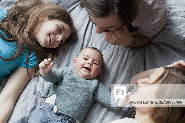 Hochwinkelansicht der Familie beim Anblick des süßen Mädchens