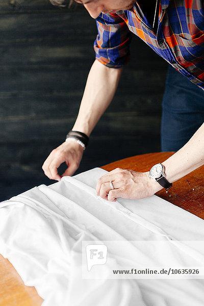 weiß Stoff Designer befestigen Studioaufnahme Tisch