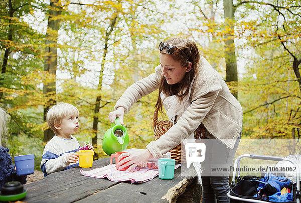 Wasser Becher Sohn eingießen einschenken Mutter - Mensch Wasser,Becher,Sohn,eingießen,einschenken,Mutter - Mensch