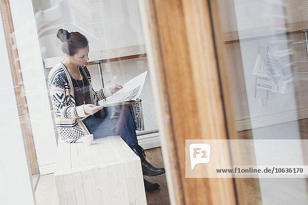 junge Frau junge Frauen Laden Kaffee Zeitung vorlesen junge Frau,junge Frauen,Laden,Kaffee,Zeitung,vorlesen