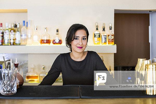 stehend Portrait Fröhlichkeit Restaurant libanesisch Barkeeperin Tresen