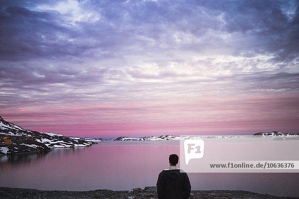 Wasserrand Winter Mann Fröhlichkeit Sonnenuntergang Rückansicht Ansicht jung
