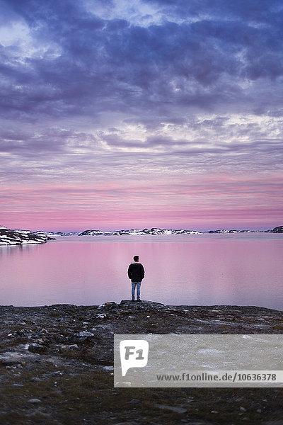 Wasserrand Winter Mann Fröhlichkeit Sonnenuntergang Rückansicht Ansicht jung Länge voll