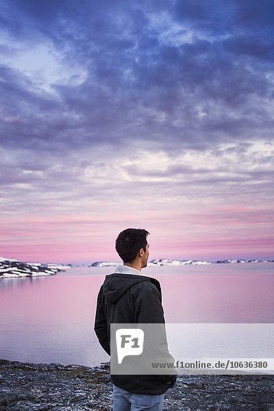 Wasserrand Mann Fröhlichkeit Sonnenuntergang Rückansicht Ansicht jung