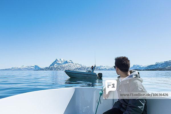 sitzend Berg Mann sehen Schneedecke Boot jung