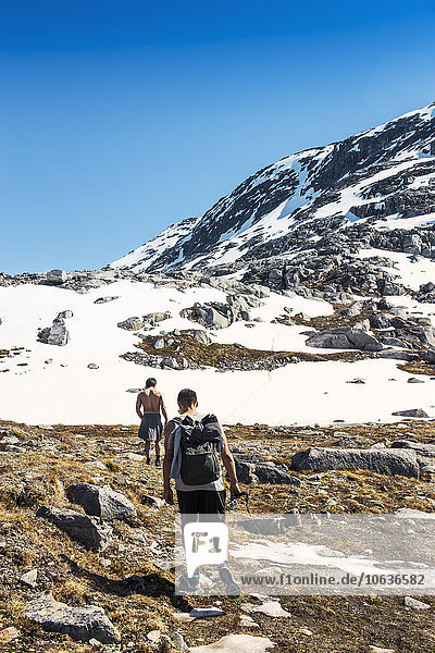 Berg bedecken gehen wandern Rückansicht Ansicht Schnee